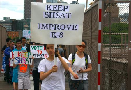 華裔學生參加遊行,呼籲保留特殊高中入學考試。