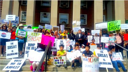 24日,皇后区部分议员、华裔和南亚裔的家长学生在皇后区公所门前,呼吁政府不要取消特殊高中入学考试。