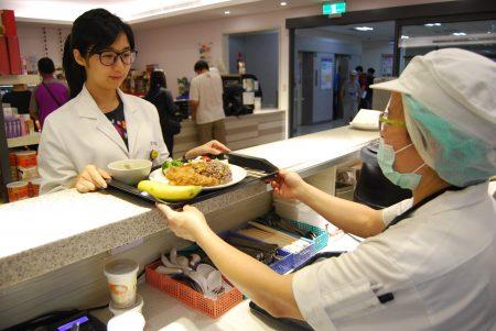 台北医学大学附设医院营养师表示,香蕉营养成分高,民众可依循享原味、选在地、趁当季的原则享用香蕉