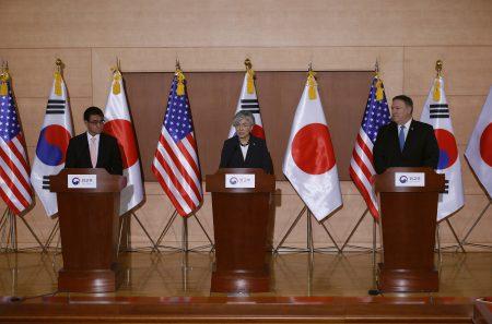 美国国务卿蓬佩奥(右起)、韩国外长康京和以及日本外务大臣河野太郎14日在首尔会谈,誓言合作确保北韩放弃核武计划。