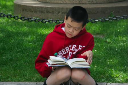 市議會集會時,華裔學生招喜然(Ethan Chieu)在一旁安靜地讀書,他認真地對記者說,因為自己要為校報撰寫文章,所以不能對此事發表看法,但他的家人都在參加抗議。
