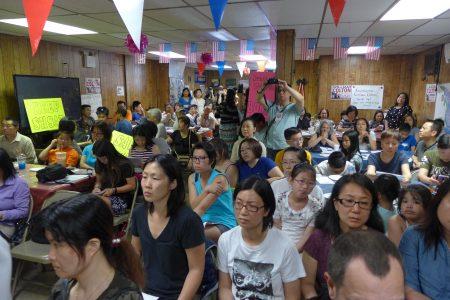 布碌崙州眾議員寇頓16日在班森賀社區召開緊急會議,吸引近百家長參加,現場座無虛席。