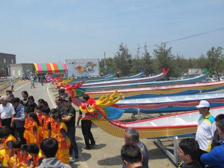 八艘台灣自製的競賽龍舟,排列在活動現場,非常吸睛。