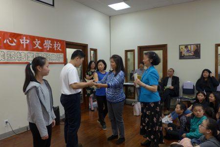 人力中心中文学校设置不少奖学金,千方百计鼓励孩子们努力学中文。图为麦锦嫦奖学金代表Mak与石蔚静(图右蓝衣者)向获奖学生颁奖。