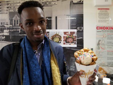 远自法国到纽约观光的年轻人,也到Eggloo一尝网路流行的甜品广告,吃了猛说很特别。