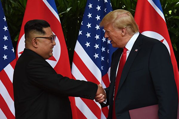 朝鮮電視台在播報「川金會」紀錄片時,以前所未有的尊重口吻稱川普為 「美國總統」。(ANTHONY WALLACE/AFP/Getty Images)