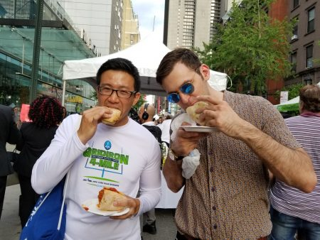 雷寅龍(David Louie,譯音)特別從布碌崙跟美國朋友懷特(Brendan White)一起去逛美食展。