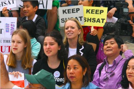 共和黨副州長候選人基連(Julie Killian,中間黑衣金髮女士)在布碌崙區公所支持保留考試。
