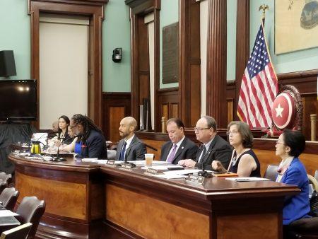 市議會房屋與建築委員會26日舉行聽證會,討論整治Airbnb掛牌短租戶法規。
