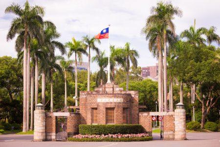 """南台科技大学财经法律研究所副教授罗承宗说,""""台湾本地科系未必比中国差。对中国大陆大学有过多想像,我想大可不必。""""去的学生最好多搜集资讯,他强调,收集资料过程,不要只透过新闻媒体,而被带往错误风向。(图为台湾大学校门)"""