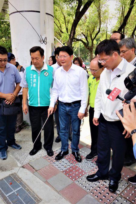 市长林佳龙(右1)13日前往视察文心路平专案及拓宽人行道工程,包括人行道透水铺面、无障碍斜坡道等等,皆已陆续完工。