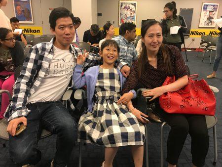 获奖华裔学生林子彤与父母在颁奖现场。