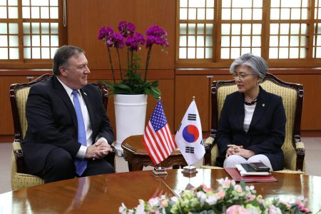 美国国务卿蓬佩奥(左起)、韩国外长康京和14日在首尔会谈,誓言合作确保北韩放弃核武计划。