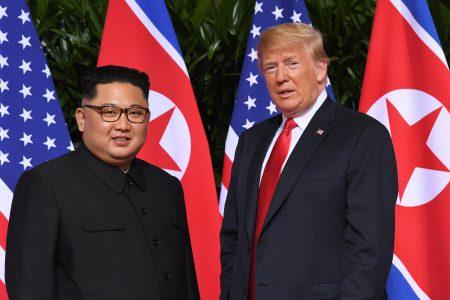 美国总统川普(右)12日上午9时4分于新加坡与北韩领导人金正恩互相问候,双方随后握手合照,实现双方领导人73年来的破冰一握。