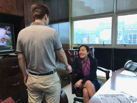 陳先生被取消綠卡一案經上庭後結果終於翻轉,向律師表示感謝。
