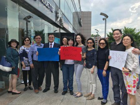 畢業於布碌崙科技高中的姚江林醫師組織25名家長前來參加抗議,他表示,讀了特殊高中才有他的今天。