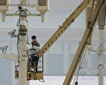 北京街头随正在安装监控摄像头。(Ed Jones/AFP/Getty Images)