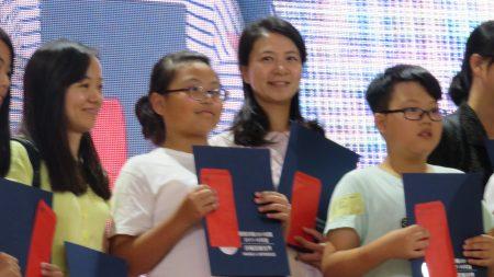 內壢國小導師江秀娟親自帶隊(右2),她發現這次來參加的小朋友找的都是善良的、正向的、關懷社會的主題,讓她看到小孩子的成長,她非常感動,感謝主辦單位能提供這機會,給大家有這個舞台。