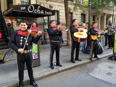 墨西哥風格的樂團 Mariachi Citlalli帶來熱情又甜蜜的情歌,吸引民眾駐足觀賞,女遊客爭相與之合照。