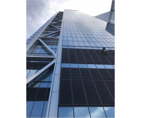 大樓外觀的Z型鋼柱。