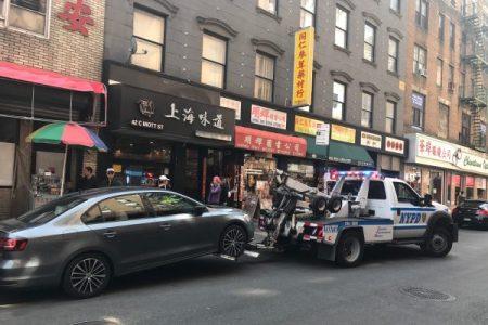 5分局執法組將違規停車的市府公務員特權車拖走。