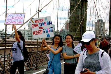 图为华裔学生游行呼吁保留特殊高中入学考试。