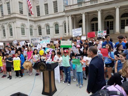 學生們在市議會前集會,要求保留特殊高中入學考試。