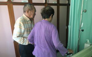 8旬老夫妻相扶持 病榻旁见证一甲子婚约