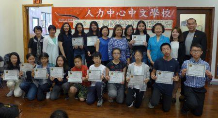 人力中心中文学校23日举行毕业结业典礼及颁奖活动,校长石蔚静说,懂中文带来许多优势,中文证书的含金量在提高。