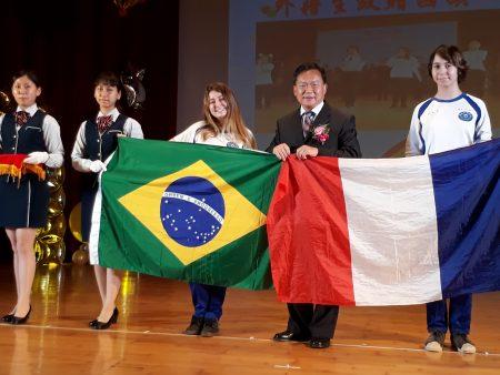 法国的简逸思及巴西的洪乙妏两位扶轮社国际交换学生,赠送两国国旗给校方典藏,感谢水商一年的照顾。