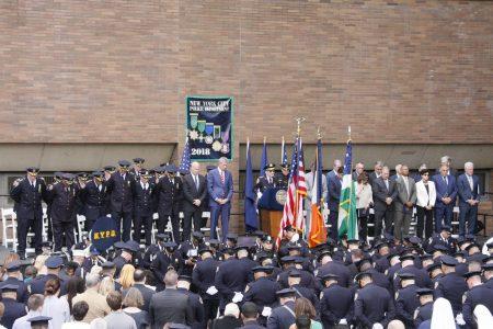 市長和警官們在「勳章日」上祈禱。