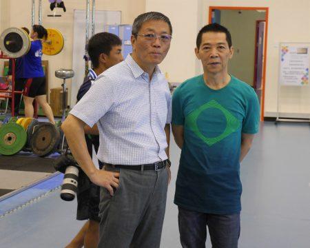 體育署長林德福(左)和舉重教練蔡溫義(右)視察選手訓練狀況。