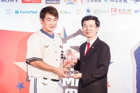中华职棒4日公布明星赛先发名单,中信兄弟队彭政闵(恰恰)(左)拿下最高票,连续第14年获选人气王。