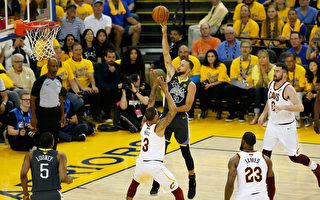 NBA勇士队狂胜骑士 总冠军赛2比0