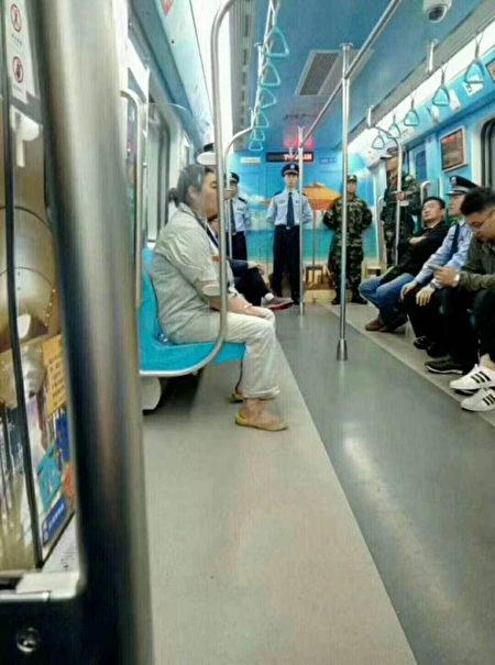 地鐵上的警察。(知情人提供)