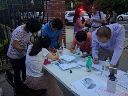 華人為集結力量發出更強聲音,在第26學區教育委員會投票的會場前,進行選民登記。