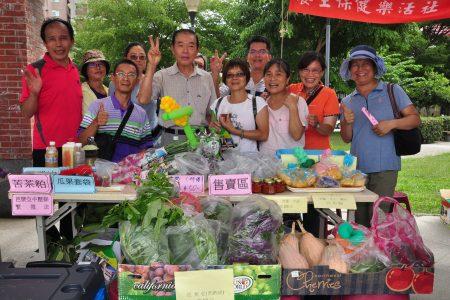 """""""休闲农业蔬果有机栽培""""课程,授课老师李国明(前排左3)是农委会农业改良场退休的专家,教学从理论到实务兼备"""