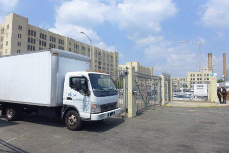 市府计划在日落公园的布碌崙陆军码头兴建50万平方英尺(约4.6万平方米)的货物集散中心。
