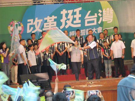 """民进党""""改革挺台湾""""授旗誓师大会 蔡英文授旗给二崙乡长钟福助,预祝他高票连任。"""