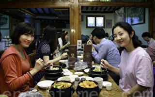 组图:初伏养生 韩国人排队喝参鸡汤