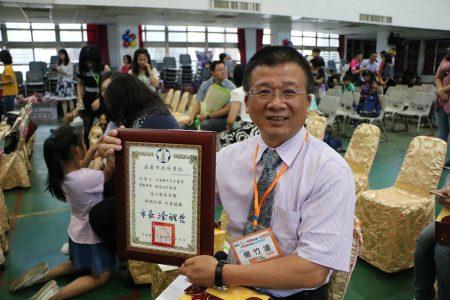 爱心店家受奖者,天才书局杨竹连老板,提供学生紧急避难所、协助学生上下学等种种事迹令人感动。