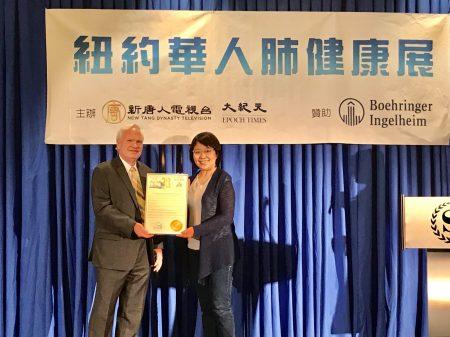 纽约州参议员艾维乐(Tony Avella,左)参加新唐人肺健康展,并向大纪元、新唐人媒体集团颁发褒奖。