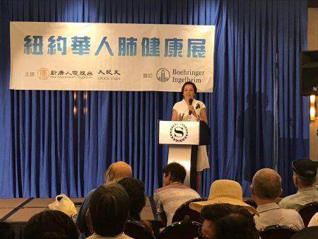 """亚美医师协会CEO沈卉讲解""""安宁疗护:一项被亚裔忽略的医疗福利""""。"""