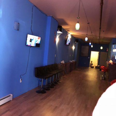 陳男聲稱租房開藥店,但是牆面塗藍、天花裝彩色吊燈及霓虹燈,再配上音箱,一副夜店的裝修風格。