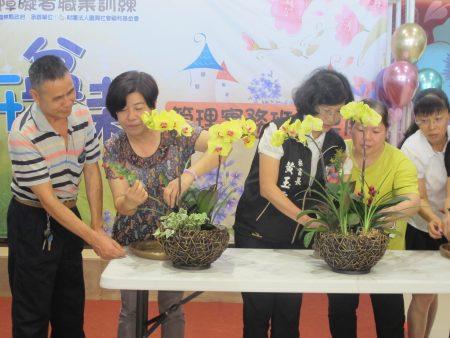 秘书长黄玉霜(又穿背心者)和莿桐乡长廖秋蓉现场体验兰花组盆。