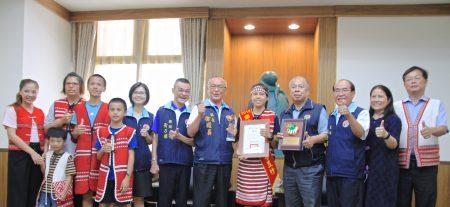 与会嘉宾赞誉芎昱竹获颁总统教育奖,并与昱竹家人合影。