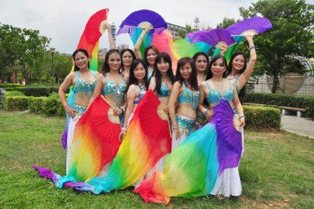 一群舞姿曼妙动人的女孩合影,这是由竹东社大肚皮舞老师詹归娣所指导