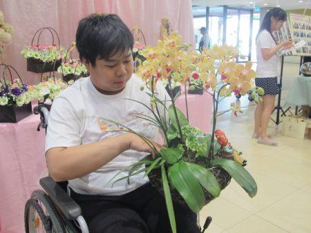 阳光大男孩-阿东,为了参加职训每天必须6点从家里出发。