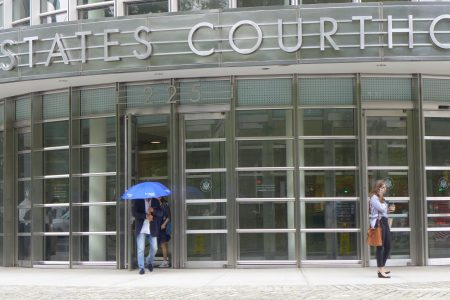 為了躲避記者拍照,林素明出法庭大門后又迅速縮回去,然后打著把雨傘(并未下雨)出來,匆匆離去。