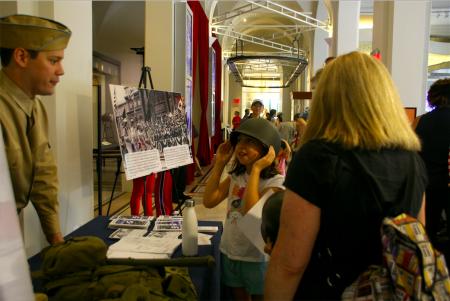 女孩试带战时头盔。